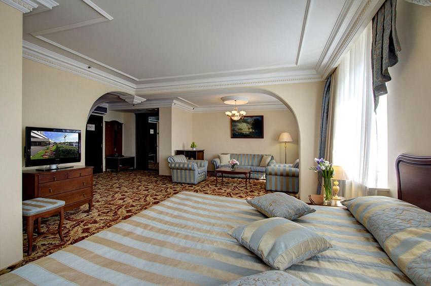 Номер Джуниор Сюит Классик в отеле Альфа - Москва, Измайлово